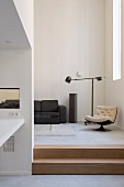 Wohnzimmer mit moderner Architektur und Designermöbeln
