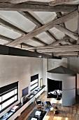 Modernisiertes Loft mit grauer Rotunde und restauriertem Dielenboden
