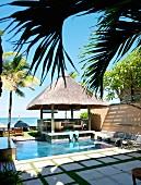 Pavillon mit Reetdach am Pool, Blick auf das Meer