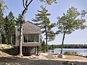 Modernes Architektenhaus auf Stelzen am See