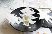 Genähte und mit Konfetti gefüllte Weihnachtsbäume aus Papier