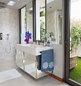 Bad mit verspiegeltem Waschtisch und Zugang nach draußen