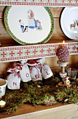 Weihnachtlich dekoriertes Tellerregal im Alpen-Look
