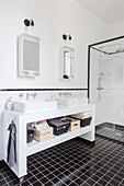 Schwarz-weisses Badezimmer mit Doppelwaschtisch und Duschkabine