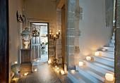 Treppenaufgang mit Kerzenlicht in historischem Gebäude