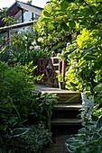 Holztreppe verbindet den Garten mit dem Haus