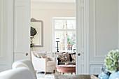 Blick durch doppelte Schiebetüren ins Wohnzimmer im französischen Stil