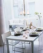 Esszimmer in Weiß mit gedecktem Tisch