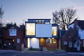 Modernes Architektenhaus zwischen traditionellen Häusern