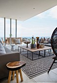 Elegant möblierte Terrasse mit Meerblick