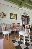 Salon mit historischem Flair und barocken Polstermöbeln in Landhausvilla