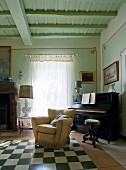 Traditionelles Musikzimmer mit Klavier und Armlehnsessel