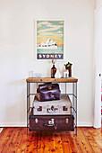 Vintage Regal mit Koffern, darüber Bild mit 'Sydney'-Motiv