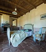 Schlafzimmer im französischen Stil mit zweifarbiger Wand