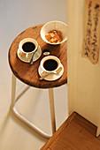 Zwei Tassen Kaffee und Zuckerschale auf Retro Hocker