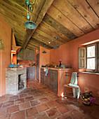 Mediterrane Küche mit Terrakottafliesen und Kamin