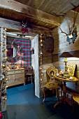 Weihnachtlich dekorierter Flur eines Chalets mit traditionellen Möbeln