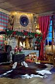 Weihnachtlich dekorierter Kamin im gemütlichen Chalet-Wohnzimmer