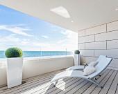 Balkon mit zwei Liegen und Panoramablick auf das Meer