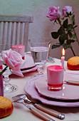 Pinkfarbenes Dessert auf romantisch gedecktem Tisch
