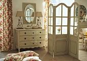 Kommode und Paravent im romantischen Schlafzimmer