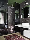 Modernes Bad mit Marmorwänden und ebenerdiger Dusche