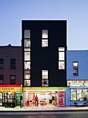 Fassade von beleuchteten Shops