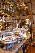 Tortenfüße und Glashauben mit Backwaren auf der Theke