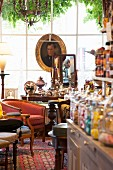 Mit antiken Möbeln, Gemälden und Trödel dekoriertes Café