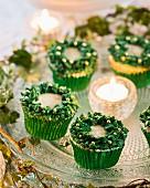 Festliche Cupcakes mit Teelicht auf Tortenplatte