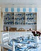 Ländliche Küche in Blau-Weiß mit Geschirrsammlung im Buffetschrank