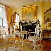 Historisches Wohnzimmer mit Rokoko- und Barockmöbeln
