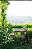 Sitzplatz auf Terrasse mit bewachsener Pergola und Panorama