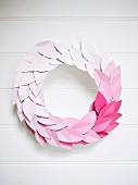Kranz aus Papierblättern mit Farbverlauf von Weiß bis Pink