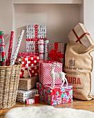 Verpackte Weihnachtsgeschenke in rotgemusterten Geschenkpapieren