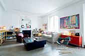 Stilmix im Wohnzimmer mit offenem Kamin und massivem Couchtisch