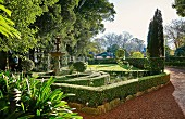 Labyrinth aus Buchsbaumhecken im Garten mit Formschnitt