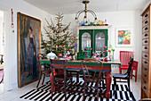 Weihnachtlich dekoriertes Esszimmer im Vintage-Stil