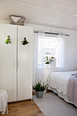 Grüne Sträußchen am Kleiderschrank im Schlafzimmer in Weiß