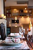Rustikal gedeckter Tisch in ländlicher Wohnküche