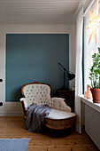Alte Recamiere vor Wand mit blau-grauem Quadrat