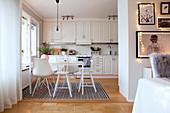 Blick in die weiße Wohnküche im Landhausstil