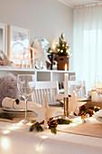 Weihnachtlich gedeckter Tisch in Weiß