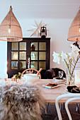 Rustikal gedeckter Esstisch in Naturtönen zu Weihnachten