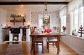 Weihnachtlich dekoriertes Esszimmer im skandinavischen Landhausstil