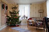 Weihnachtsbaum im Wohnzimmer mit klassischer Tapete