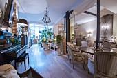 Eleganter Salon mit Klavier und antiken Möbeln