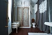Badezimmer mit Toilette, Wanddekoration und nostalgischem Flair