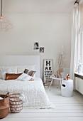 Weißes, feminines Schlafzimmer mit kupferfarbenen Accessoires und Vintage Sehtafel
