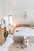 Gemütliches Schlafzimmer in Naturtönen mit Weihnachtsdeko